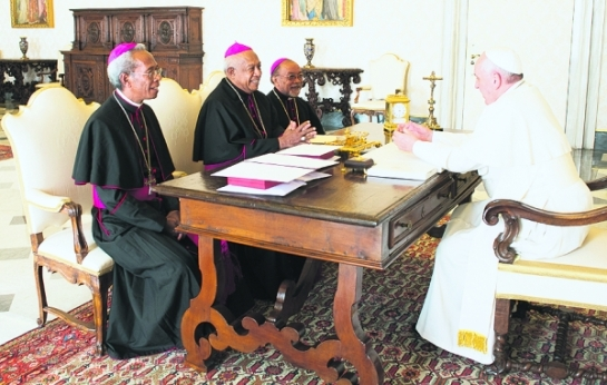 Papst Franziskus mit Bischöfen von Osttimor