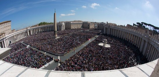 A large crowd is seen in St. Peter's Square from the Bernini colonnade towards Via della Conciliazione avenue, top, during Pope Francis' Easter Mass, at the the Vatican, Sunday, April 20, 2014.  Even before Mass began, a crowd of more than 100,000 was overflowing from the cobblestoned square, and many more Romans, tourists and pilgrims were still streaming in for the pontiff's tradition Easter greeting at noon (1000 GMT). At left is the Apostolic Palace. (AP Photo/Alessandra Tarantino)