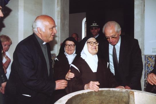 Irmã Lúcia junto à pia baptismal, na igreja de Fátima 16.5.2000 2