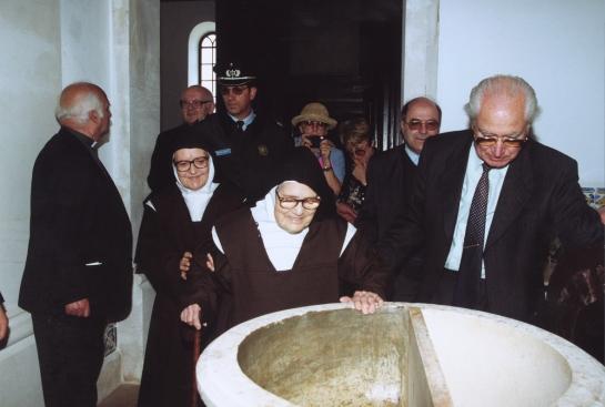 Irmã Lúcia junto a la pia bautismal, na igreja de Fátima