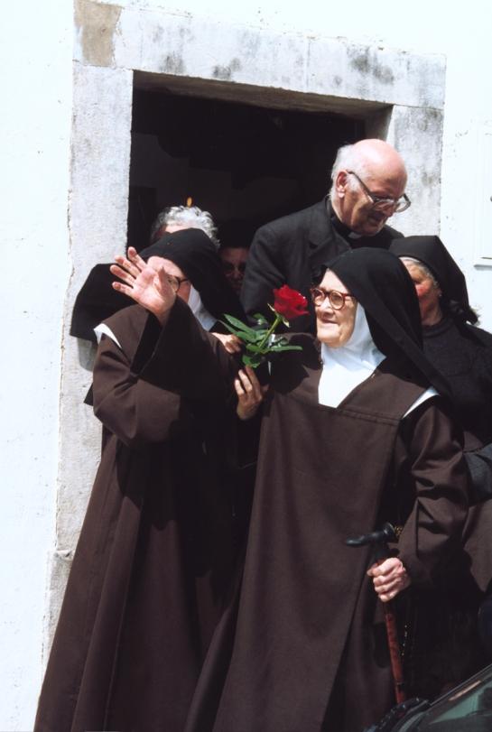 Irmã Lúcia sai da sua casa, em Aljustrel
