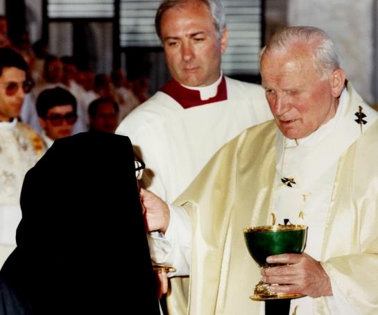 João Paulo II dá a comunhão à Irmã Lúcia 13.5.1991