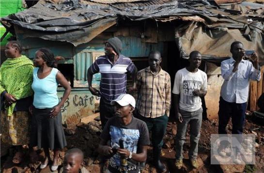 Bewohner-des-Kangemi-Slums-warten-auf-den-Papstbesuch-Foto-144620
