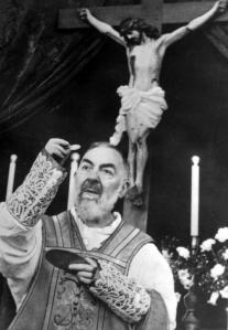 """ansa - padre pio - Padre Pio in una foto di archivio .E' stata istituita una """"Commissione Documentazione e Studi su Padre Pio da Pietrelcina"""" per studiarne la spiritualità e verificare se ci sono le basi per attribuirgli il titolo di dottore della Chiesa ARCHIVIO ANSA"""
