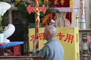 KiN-Chinesischer-Gläubiger-betet-in-einer-Wallfahrtskirche-740x493