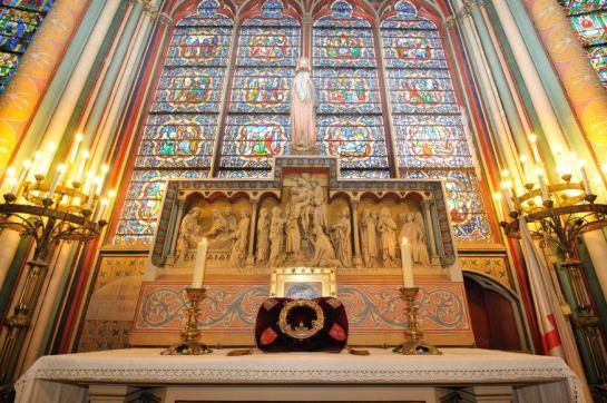 Des chevaliers du Saint Sépulcre veillent sur la Sainte couronne d'Epines en la cathédrale Notre Dame de Paris. Paris (75), France.