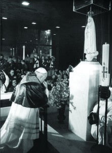 Pope John Paul II kneels in prayer at the foot of the statue of Our Lady of Fatima in Portugal May 13, 1982, a year to the day after an assailant shot and seriously wounded him. The pope consecrated the world to Mary at the Fatima shrine in 1982. (CNS file photo) (Aug. 29, 2003) See POPE25-OVERVIEW and POPE25-MARY Aug. 28, 2003. (b/w only)