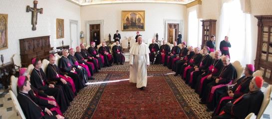 """Papst Franziskus gibt eine Generalaudienz für die Bischöfe der Deutschen Bischofskonferenz anlässlich ihres Besuchs """"ad Limina Apostolorum"""" am 19. November 2015 im Vatikan."""